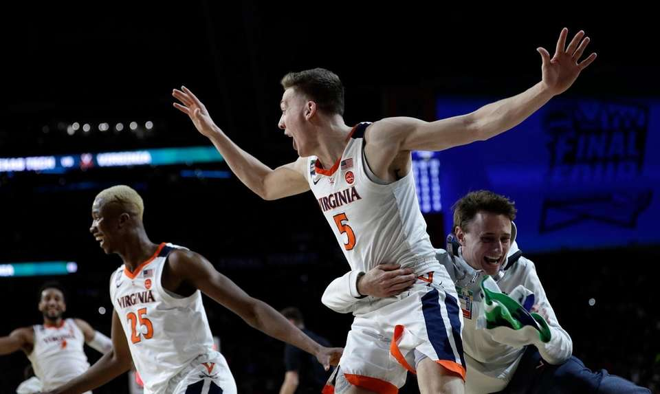 Virginia's Kyle Guy (5) and his teammates celebrate