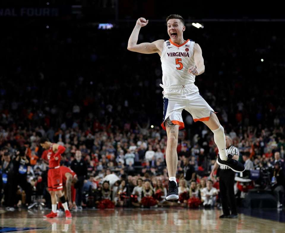 Virginia's Kyle Guy (5) celebrates after defeating Texas