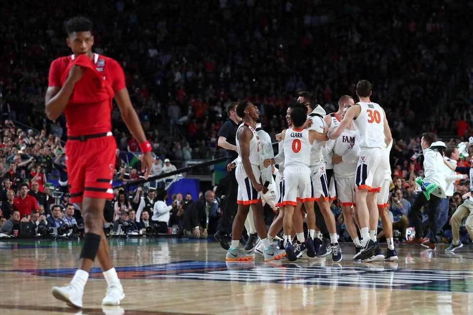 The Virginia Cavaliers celebrate their teams 85-77 win