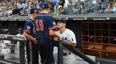 Joe Girardi, then Yankees manager, talks with players
