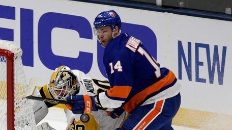 Islanders right wing Tom Kuhnhackl (14) battles in