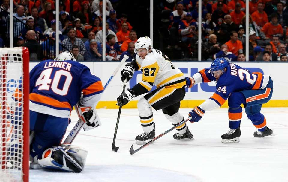 Islanders goaltender Robin Lehner (40) eyes the puck