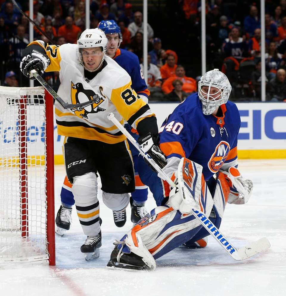 Islanders goaltender Robin Lehner (40) checks Penguins center