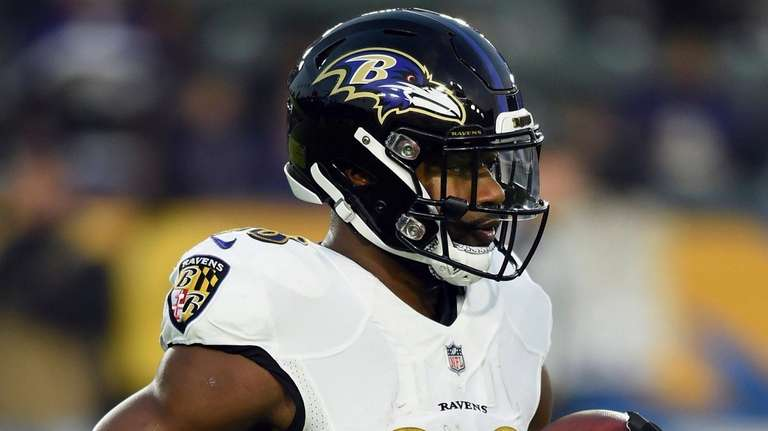Ravens running back/wide receiver Ty Montgomery works out