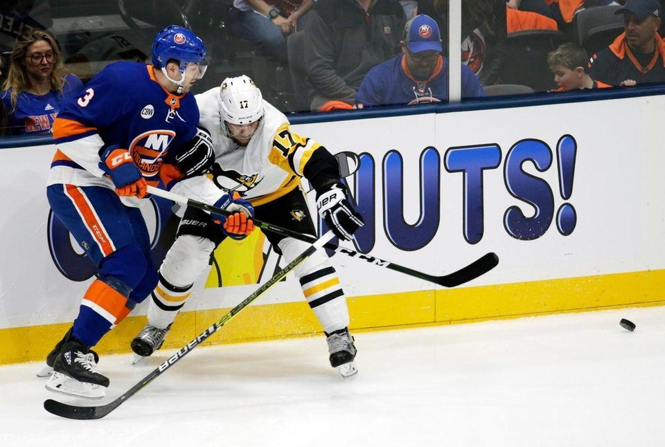 Islanders defenseman Adam Pelech (3) and Penguins right