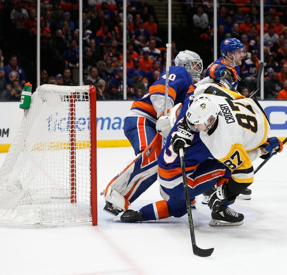 Islanders goaltender Robin Lehner (40) defends the puck