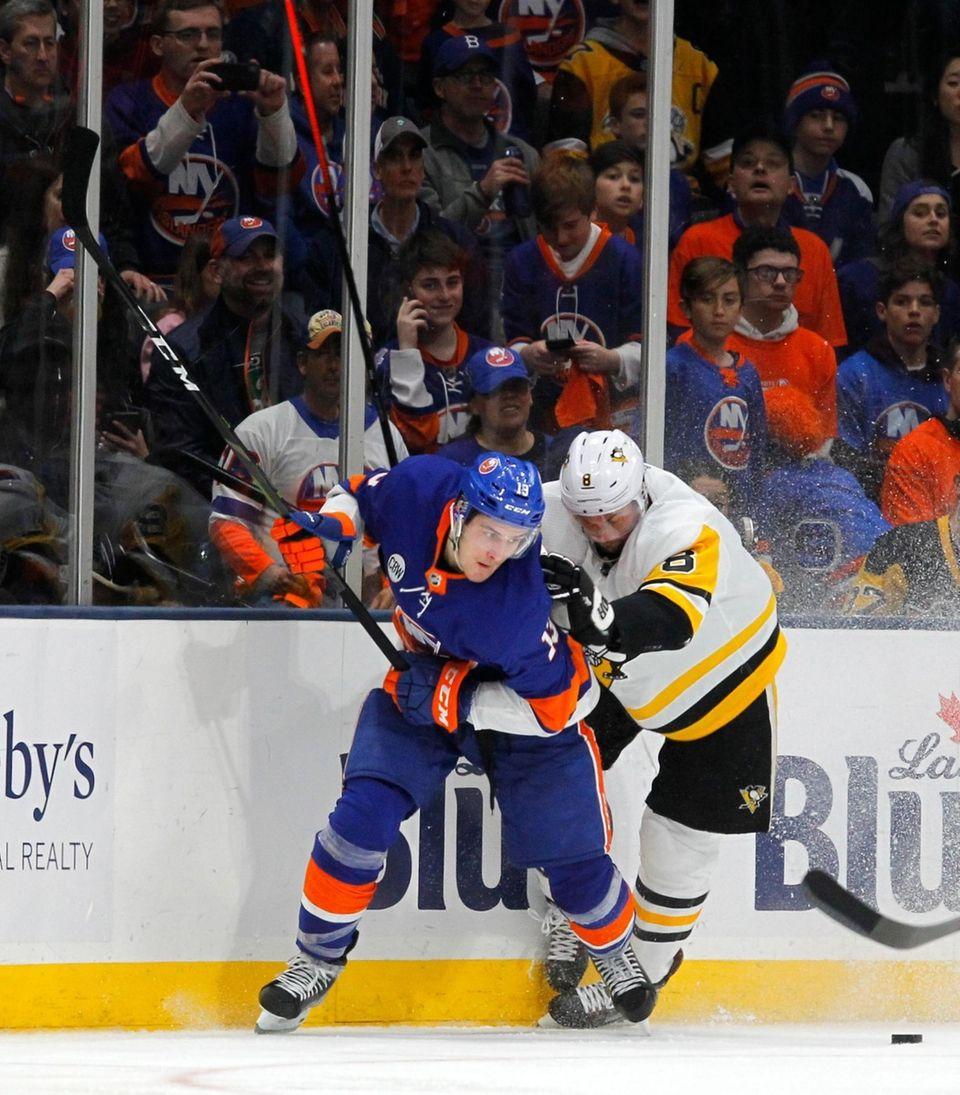 Islanders center Mathew Barzal (13) and Penguins defenseman