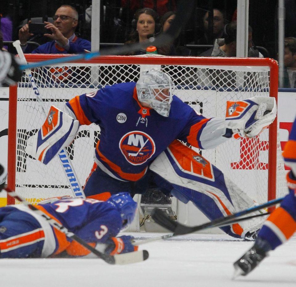 Islanders goaltender Robin Lehner (40) make the glove