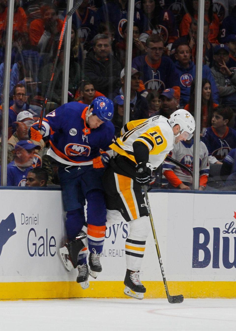 Islanders left wing Matt Martin (17) and Penguins