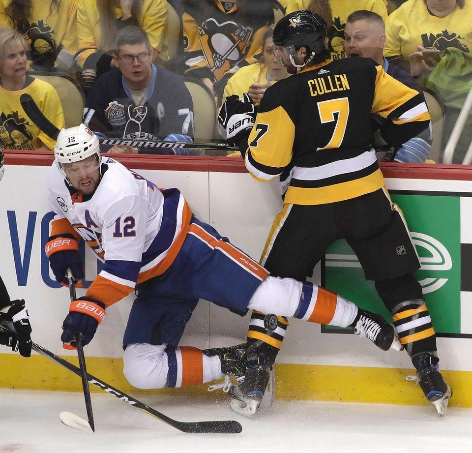 Pittsburgh Penguins' Matt Cullen (7) collides with Islanders'