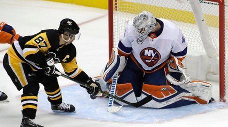 Islanders goaltender Robin Lehner (40) stops a shot