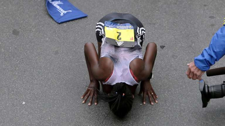 Worknesh Degefa, of Ethiopia, kisses the ground after