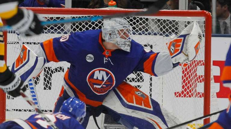 Islanders goaltender Robin Lehner (40) make the glove