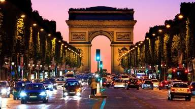 Night falls on the Champs-Élysées and the Arc