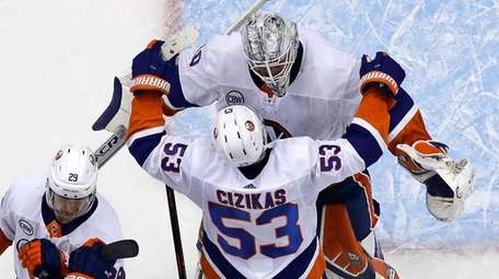 Casey Cizikas hugs goaltender Robin Lehner at the