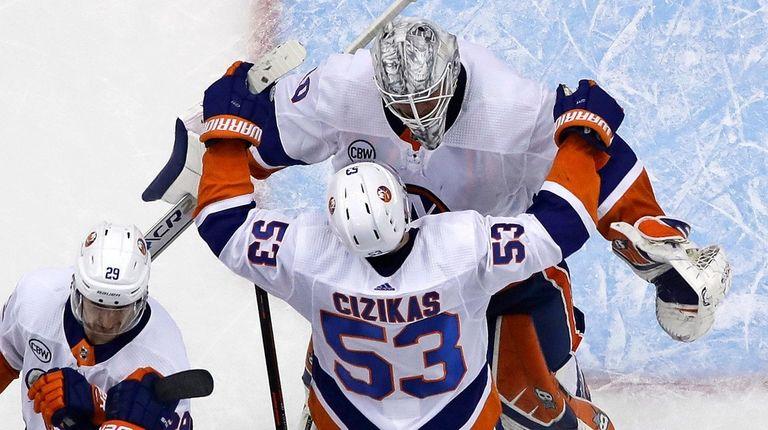 Casey Cizikas hugs goaltender Robin Lehner at the