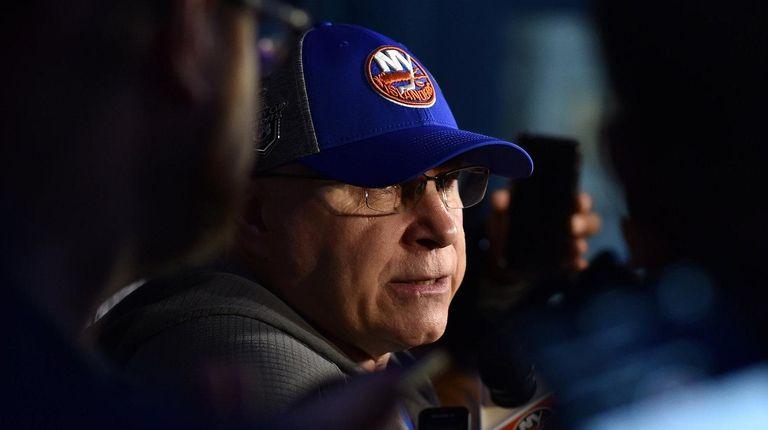Islanders head coach Barry Trotz speaks with the