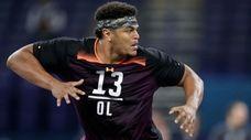 Washington State offensive lineman Andre Dillard runs a