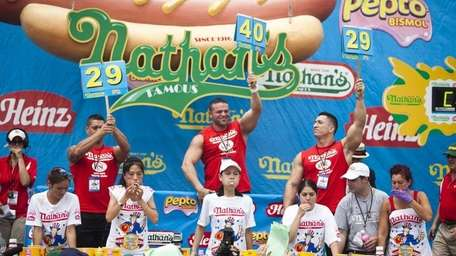 Sonya Thomas, center, competes in the 2011 Nathan's