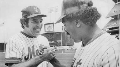 Ed Kranepool shakes hands with former Mets teammate