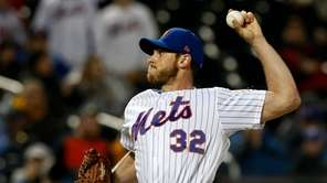 Steven Matz #32 of the Mets pitches during