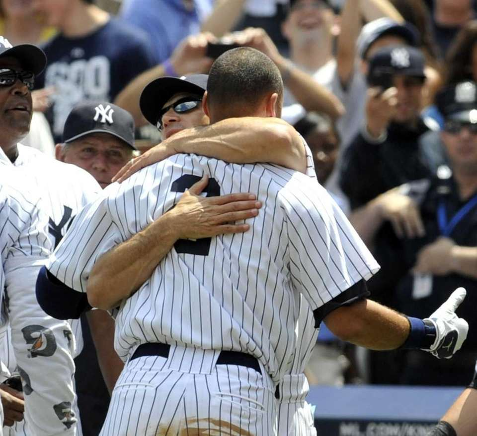Joe Girardi hugs Derek Jeter after hit No.
