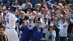 Cubs fans cheer as Anthony Rizzo scores on