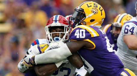 LSU linebacker Devin White tackles Louisiana Tech running