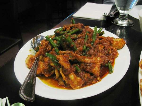 Sauteed pork with prik-khing curry and long bean