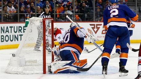 Robin Lehner of the Islanders surrenders the overtime