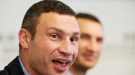 Ukrainian heavyweight boxers Wladimir Klitschko (R) and his