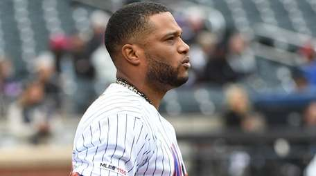 Mets second baseman Robinson Cano takes his left