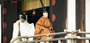 The Emperor of Japan leaves the Kashikodokoro shrine