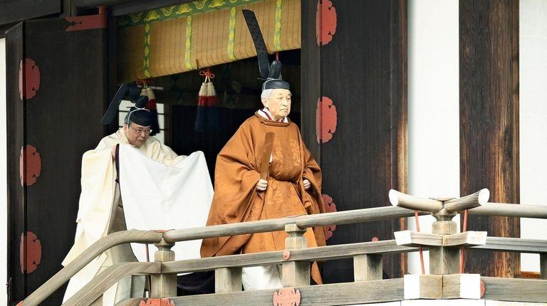 The Emperor of Japan leaves the Kashikodokoro shrine