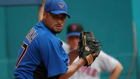 Johan Santana pitches in the bullpen as manager