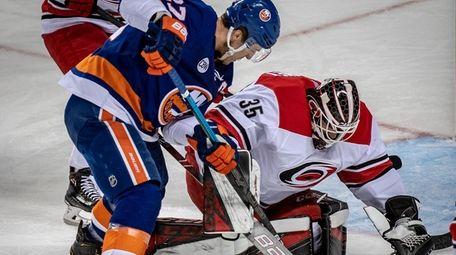 New York Islanders' Anders Lee trying to pick