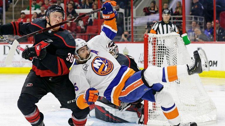 Islanders' season on brink after Game 3 loss to Hurricanes