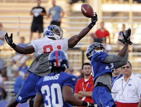 New York Giants wide receiver Darius Reynaud, left,