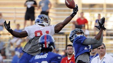 New York Giants wide receiver Darius Reynaud, left,