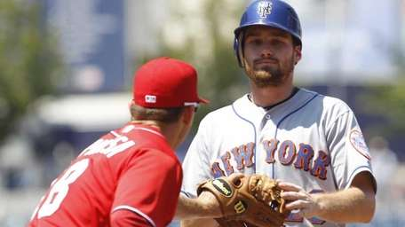New York Mets' Daniel Murphy, right, is tagged