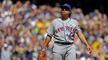 Mets' Jason Vargas reacts after giving up a