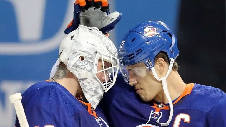 Islanders left wing Anders Lee (27) congratulates goaltender