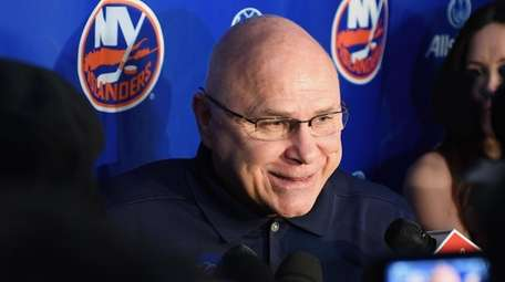 Islanders head coach Barry Trotz speaks with the