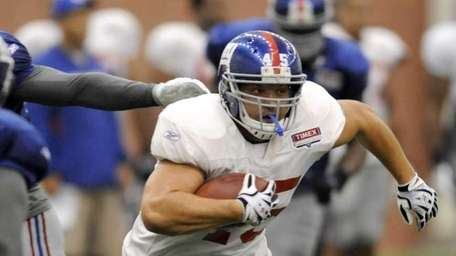 New York Giants fullback Henry Hynoski runs with