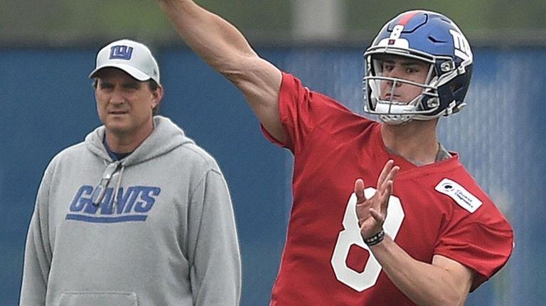Giants quarterback Daniel Jones throws a pass as