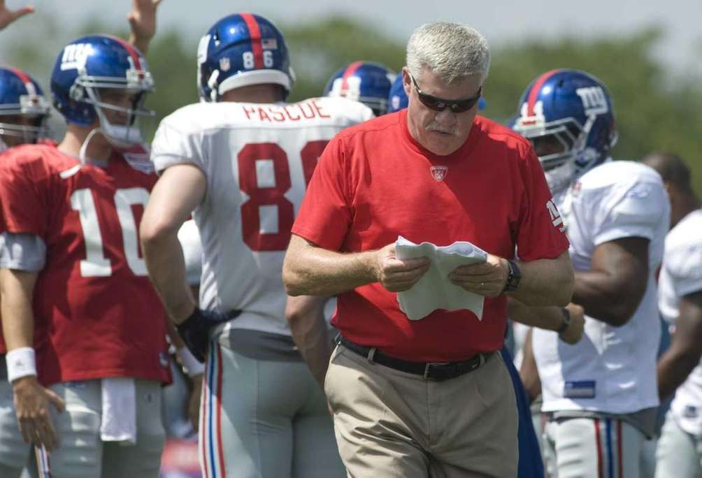New York Giants offensive coordinator Kevin Gilbride checks