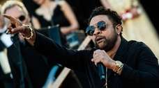 Shaggy performs on the red carpet steps