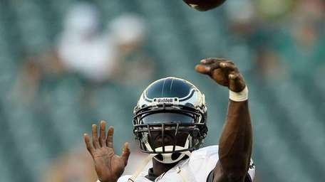 Michael Vick #7 of the Philadelphia Eagles warms