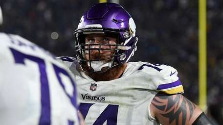 Mike Remmers of the Vikings reacts on the