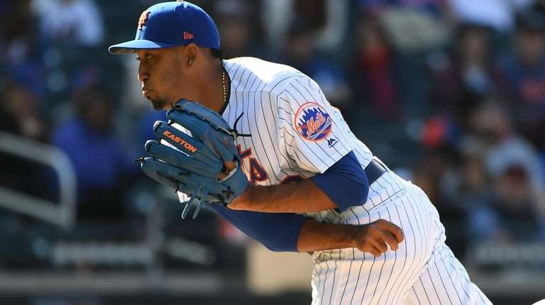 Mets relief pitcher Edwin Diaz follows through on